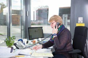 Luise Stiegekötter im Telefonat